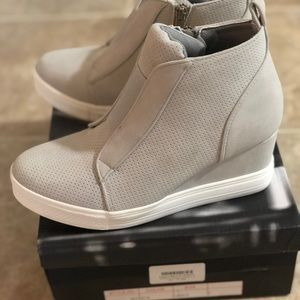 Never worn before- size 7 gray wedge bootie